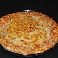 PIZZA 4 QUESOS: Mezcla de Mozzarella, Queso Cheddar, Queso Enmental y Queso Azul, una mezcla de quesos de alta calidad y suave al paladar.