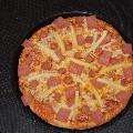 PIZZA IBÉRICA: Base, tomate, mozzarella, jamón, beicon y chorizo de pueblo, una pizza que no te decepcionará por la selección de sus productos.