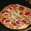 PIZZA AMERICANA: Base, tomate, mozzarella, carne picada, pimiento verde, aceitunas y una pizca de picante, una pizza sabrosa en la que podrás elegir la cantidad de picante que deseas, fuerte y robusta.