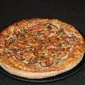 PIZZA VAQUERA: Base, salsa BBq, mozzarella, carne y pollo, una pizza muy especial en la que sustituimos el tomate por una base de Salsa BBq, algo realmente exquisito.