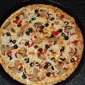PIZZA PESTO: Base, salsa pesto, mozzarella, pollo, carne y gratinado de 2 quesos, otra de nuestras pizzas Gourmet, una pizza sabrosa muy especial con unos sabores únicos gracias al gratinado por encima con nuestra mezcla de quesos.